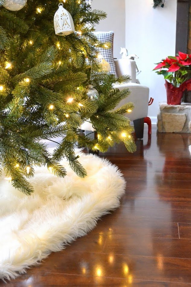 my no sew faux sheepskin tree skirt the ugly duckling house. Black Bedroom Furniture Sets. Home Design Ideas