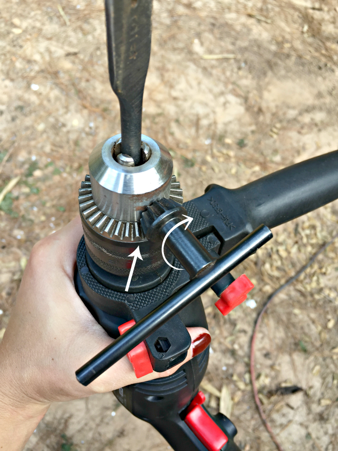 rotate-chuck-key-along-threads-of-chuck