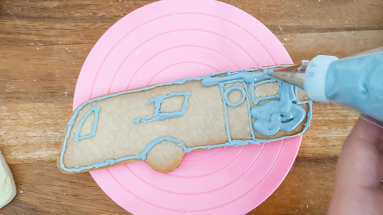 add icing to custom cookies
