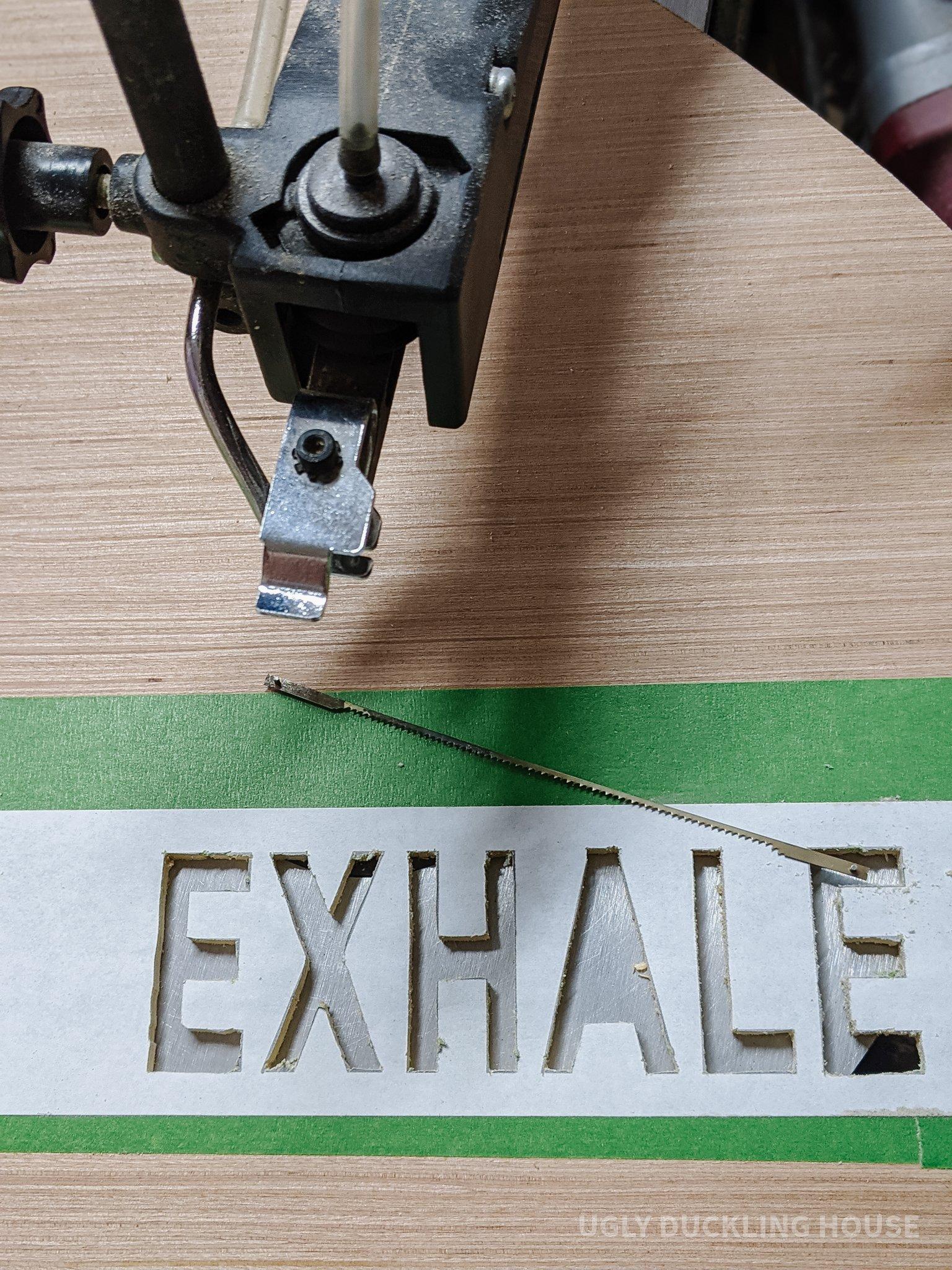 """couper le mot """"exhaler"""" au moyen d'une scie à déplacement"""
